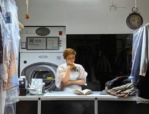 Mujer leyendo en una lavandería