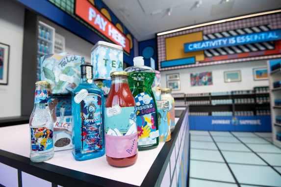 productos de primera necesidad en el supermercado diseñado por artistas