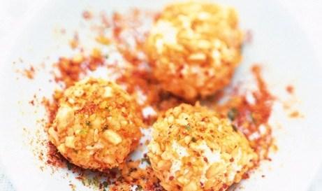 Κροκέτες με κατσικίσιο τυρί και καυτερά φιστίκια 250 γραμμ. κατσικίσιο τυρί 100 γραμ. αράπικα φιστίκια ανάλατα 1 κ.σ. καυτερή πιπεριά σε σκόνη 1 κ.σ. φιστίκια Αιγίνης