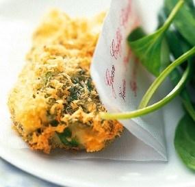 Μπουρεκάκια με κατσικίσιο τυρί 200 γραμ. κατσικίσιο τυρί περίπου 24 μικρά φύλλα από σπανάκι 4 φέτες ψωμί του τοστ 1 μεγάλο αβγό ή 2 μικρά σογιέλαιο για τηγάνισμα αλάτι, πιπέρι
