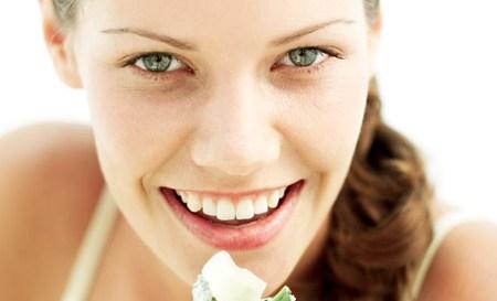 Η δίαιτα του Μεταβολισμού  Η απαιτητική Μαντόνα έχει βρει τη νέα της... αγαπημένη. Η δίαιτα του μεταβολισμού είναι ιδανική για όσες θέλουν να απαλλαγούν από τα περιττά κιλά, γρήγορα και αποτελεσματικά, χωρίς να στερήσουν τον οργανισμό τους από βασικές θρεπτικές ουσίες.  Οι αρχές Ο κανόνας-κλειδί είναι πέντε γραμμάρια υδατάνθρακες κάθε πέντε ώρες. Σύμφωνα με αυτό το πρόγραμμα, οι επιστήμονες αποφάσισαν να μειώσουν την ποσότητα υδατανθράκων που μπορείτε να λαμβάνετε καθημερινά αντί να στερούν τον οργανισμό από τα θρεπτικά συστατικά των δημητριακών και των λαχανικών. Τα αποτελέσματα είναι άκρως εντυπωσιακά. Ακολουθούν μερικές χρήσιμες συμβουλές για να χάσετε βάρος πιο εύκολα: 1. Μπορείτε να καταναλώνετε άφοβα άπαχη πρωτεΐνη, όπως κοτόπουλο ή λευκό ψάρι, αλλά και λαχανικά με χαμηλούς υδατάνθρακες, όπως σαλάτες, μανιτάρια, πιπεριές. 2. Καλό θα είναι να αποφεύγονται προϊόντα με υψηλή περιεκτικότητα σε υδατάνθρακες, ενώ η κατανάλωση ζάχαρης πρέπει να είναι περιορισμένη. 3. Προσπαθήστε να πίνετε δύο λίτρα νερό την ημέρα. Μπορείτε επίσης να προσθέτετε μερικές σταγόνες λεμονιού σε λίγο χλιαρό νερό για έξτρα αποτοξίνωση. 4. Η σωματική άσκηση είναι απαραίτητη και προτιμότερο θα είναι να ακολουθείτε ένα καθημερινό πρόγραμμα με αεροβικές ασκήσεις για τουλάχιστον μισή ώρα. 5. Αν προσθέσετε ½ κ.σ. κανέλα στο φαγητό σας, μπορεί να σας βοηθήσει να κάψετε περισσότερο λίπος. 6. Προσθέστε στα φαγητά σας 2 κ.σ. ξίδι και θα χάνετε τα κιλά πολύ πιο εύκολα. 7. Προσπαθήστε να πίνετε ένα ποτήρι χυμό λαχανικών, χωρίς αλάτι, την ημέρα. Θα σας βοηθήσει να χάσετε κιλά πολύ πιο γρήγορα. 8. Μπορείτε να πίνετε 1 ποτήρι κόκκινο κρασί ή 1 φλιτζ. μαύρο τσάι την ημέρα, καθώς σταθεροποιεί την απελευθέρωση γλυκόζης.  Τα πλεονεκτήματα Μπορείτε να χάσετε μέχρι και 14 κιλά σε δύο μήνες. Ο σωστός συνδυασμός των τροφών προσφέρει στον οργανισμό σας όλες τις απαραίτητες βιταμίνες και διατηρεί την ενέργειά σας στα ύψη.  Τα μειονεκτήματα Η δίαιτα δεν είναι κατάλληλη για άτομα με προβλήματα υγείας που σχετίζονται μ