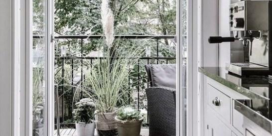 23 ιδέες διακόσμησης για να μεταμορφώσεις το μπαλκόνι σου σε παράδεισο Τα λαμπερά πρωινά και τα ατμοσφαιρικά απογεύματα της Άνοιξης γίνονται ακόμα πιο μαγικά, μετατρέποντας την βεράντα σου σε μια σύγχρονη όαση.