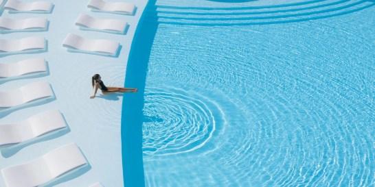 Απόδραση σε έναν επίγειο παράδεισο Το μυστικό της ευτυχίας είναι να βλέπουμε τη ζωή σαν ένα ατελείωτο καλοκαίρι. Το Nikki Beach Resort & Spa στο Πόρτο Χέλι είναι ο απόλυτος προορισμός όλων όσοι αναζητούν το κάτι παραπάνω από τις διακοπές τους.