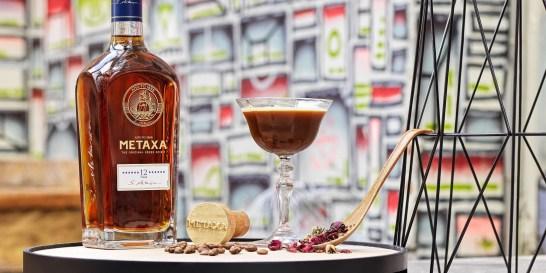 Καλοκαίρι δίχως δροσιστικά cocktails γίνεται; Δεν γίνεται! Όπου και αν σε βρίσκει αυτό το (περίεργο!) καλοκαίρι, δεν είσαι μόνη! Ο Άρης Χατζηαντωνίου και ο Βασίλης Κυρίτσης, δύο από τους καλύτερους bartenders της ελληνικής σκηνής, δημιουργούν καλοκαιρινές, φοβερές συνταγές cocktails, με METAXA 12 Αστέρων, που θα σου κρατήσουν την καλύτερη συντροφιά τις καυτές μέρες. Τι άλλο να ζητήσεις πια;