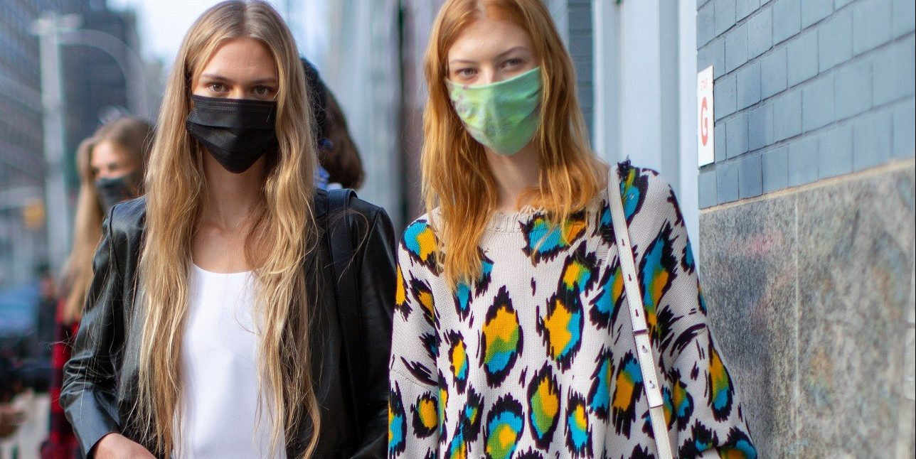 NYFW: Οι fashionistas κάνουν street style με τις μάσκες τους