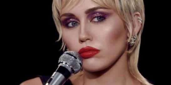Το glitter look της Miley Cyrus έχει τη δόση λάμψης που χρειαζόμαστε τώρα Μπορεί να μην το δοκιμάσουμε άμεσα - γιατί χρειαζόμαστε και την ανάλογη περίσταση- αλλά σίγουρα είναι κάτι περισσότερο από εντυπωσιακό.