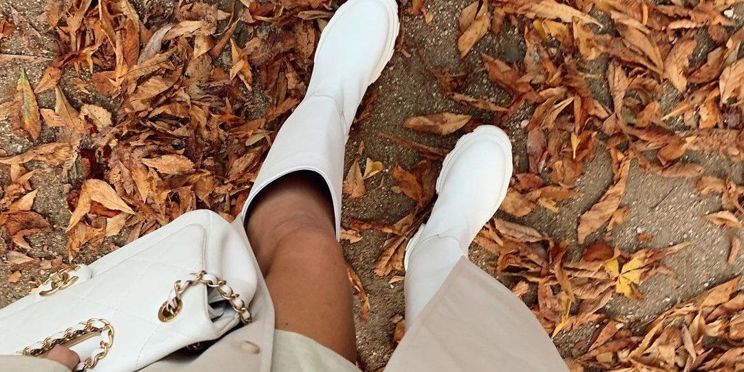 Οι λευκές γαλότσες είναι το big hit της μόδας τώρα