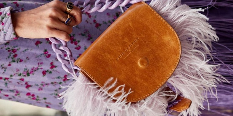 Αν δεν έχεις μια τσάντα με κρόσσια στα ράφια σου, μάλλον κάτι κάνεις λάθος φιλενάδα Αυτές οι (κροσσάτες) τσάντες είναι όνειρο: Δερμάτινη τσάντα με κρόσσια, Bottega Veneta. Shopper τσάντα με κρόσσια, Yuzefi. Καστόρινη τσάντα με κρόσσια και μεταλλικές λεπτομέρειες, Balmain. Δερμάτινη τσάντα με κρόσσια, Saint Laurent.