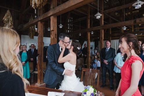 Hochzeit Trauung Standesamt erster Kuss