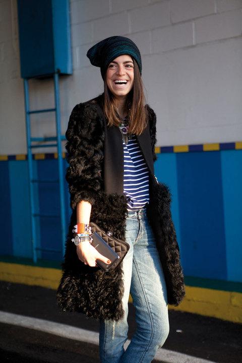 Un look desenfadado con jeans y gorrito. ¡Tómate la moda con humor!