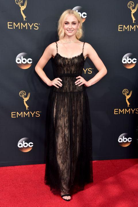 Sophie Turner ―más conocida como Sansa Stark―combinó el tul y las transparencias del vestido con zapatos deChristian Louboutin y joyas deForevermark.