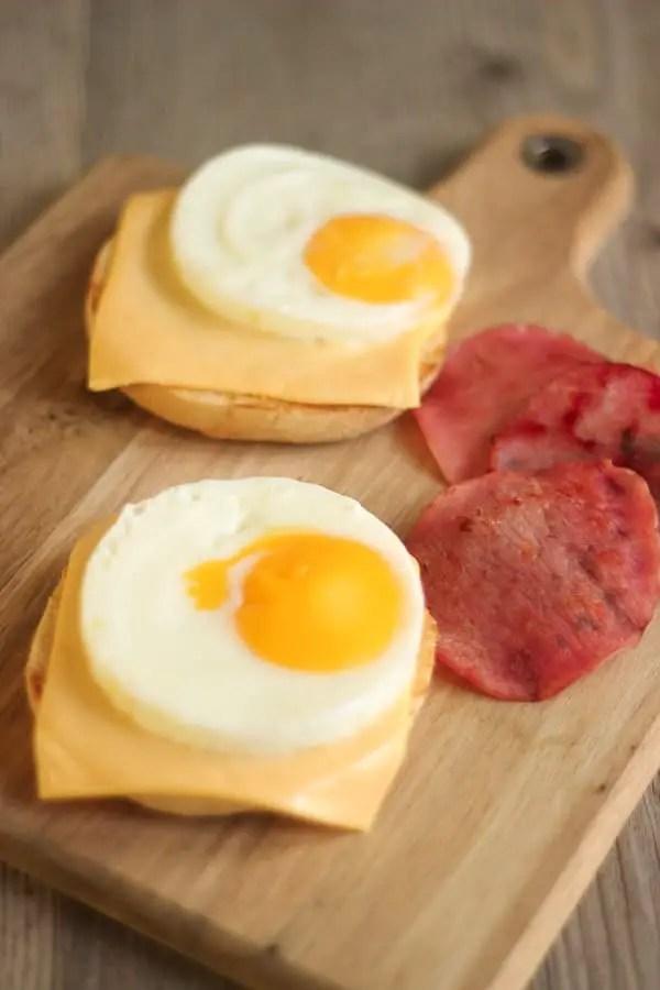 Egg muffins au bacon sur planche à découpée en bois