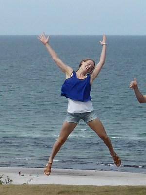 Kvinde hopper af glæde