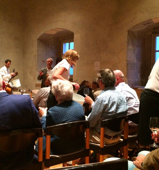 Raymond Paccot talks about his wines while the chamber orchestra takes a pause: a fine wine and art marriage
