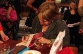 Ellen signeert een exemplaar van Jade bijna elf