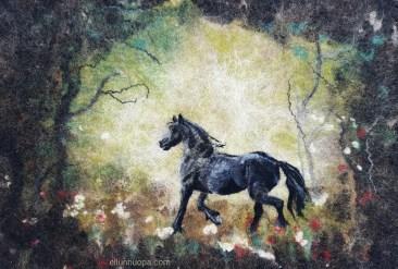 huopataulu, hevonen, hevonen kuva, teulu hevonen, hevonenmuotokuva, hevonen metsässä, musta hevonen, taulu hevonen, huopatuotteet