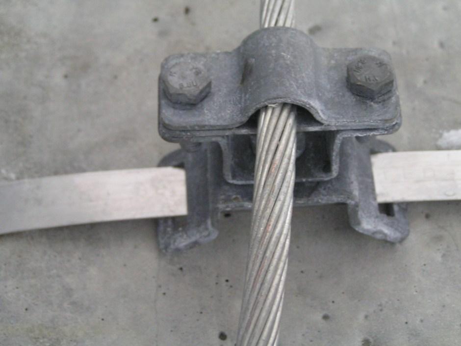 Крепление держателем проводника ДПЛ-18.1ГЦ медного луженого заземляющего проводника сечением 70 кв.мм (диаметром 11 мм) к железобетонной опоре (на бандажной ленте 20х0,7 мм)