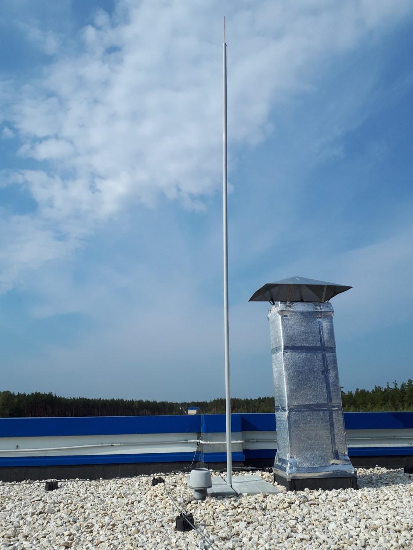 Вентиляционный выход не присоединен к молниеприемной сетке для уравнивания потенциалов