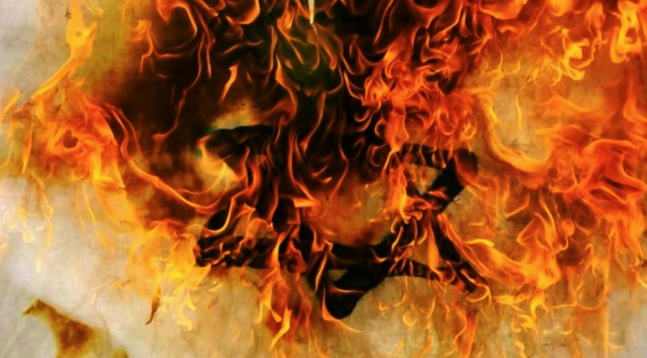 Bandera de Israel en llamas.