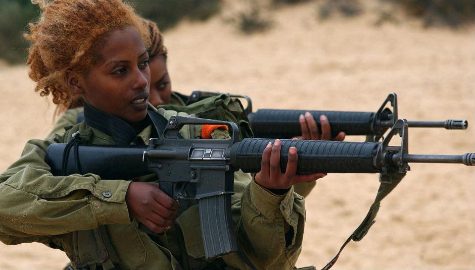 Mujeres soldado israelíes haciendo prácticas de tiro.