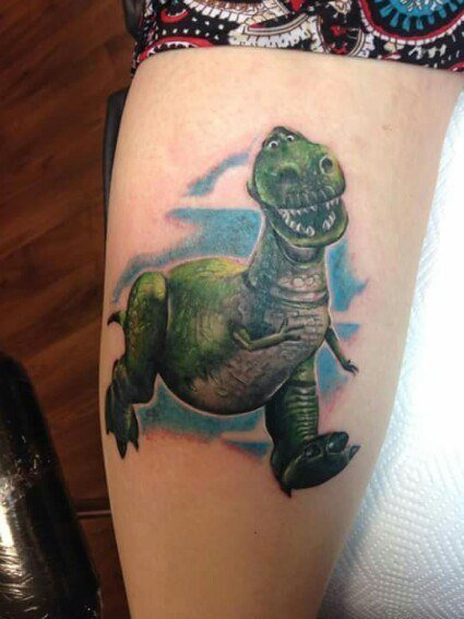 """Tatuaje con el diseño del dinosaurio Rex de la película """"Toy Story"""""""