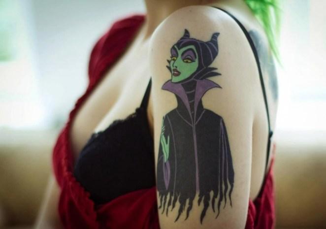 Tatuaje en el hombro de una chica con la figura de Maléfica