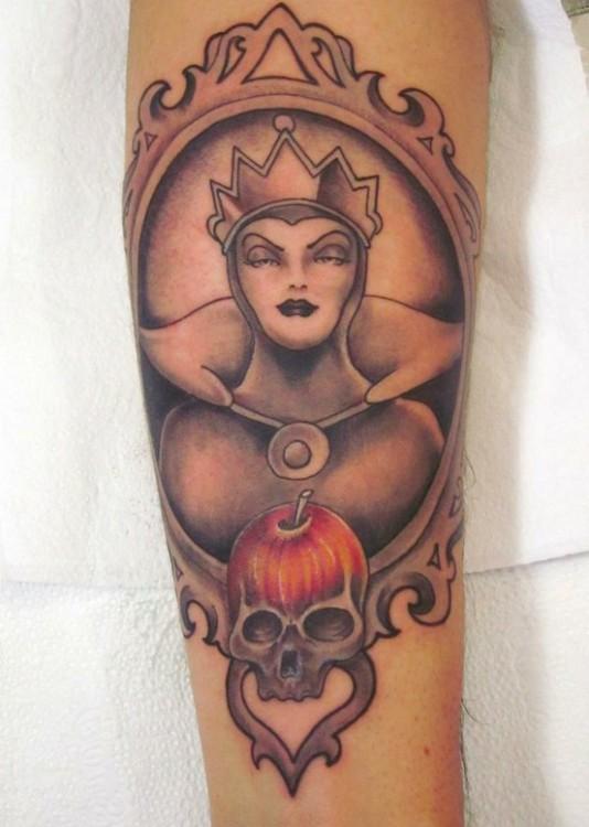 tatuaje con la forma de la reina de la película de Blanca Nieves