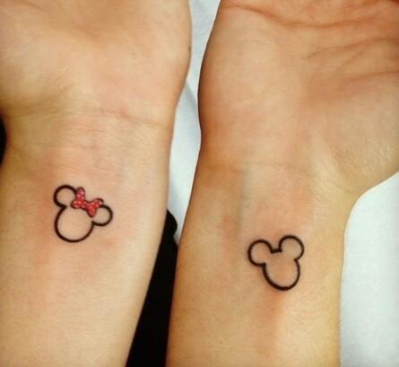 Tatuaje de las orejas de mickey mouse y minnie en las muñecas