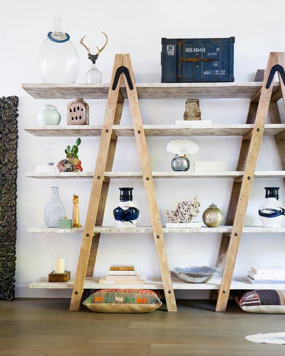 librero hecho de escaleras