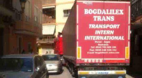 La Policía Local desatasca un camión en el casco urbano de Paterna