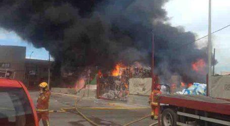 16 desalojados en el incendio de una empresa en el Polígono Fuente del Jarro de Paterna