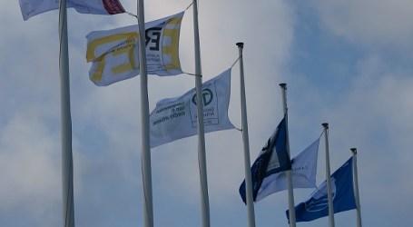 L'Ajuntament de La Pobla de Farnals hissa la Bandera Blava i la resta de distintius de la platja Nord