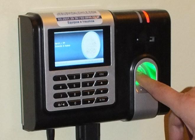 El nuevo sistema de relojes biométricos ya tiene sus detractores quienes siguen muy de cerca su puesta en funcionamiento en los establecimientos educativos de la provincia.