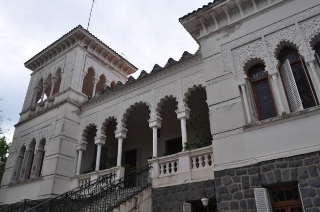 El imponente frente del castillo cuenta con tres pisos a los que se suman las torres.