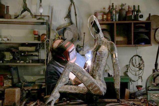 """""""La máquina de soldar es una extensión de fuego de mis manos"""", afirmó el escultor Solís."""