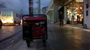 Los generadores de electricidad, una constante a lo largo de la comercial Avenida San Martín.