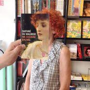Furor por los empleados de una librería que juegan con las fotos de portada de los libros-2