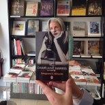 Furor por los empleados de una librería que juegan con las fotos de portada de los libros-8