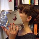 Furor por los empleados de una librería que juegan con las fotos de portada de los libros-9b
