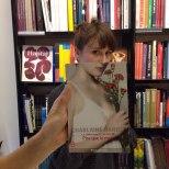 Furor por los empleados de una librería que juegan con las fotos de portada de los libros-9h