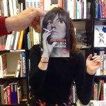 Furor por los empleados de una librería que juegan con las fotos de portada de los libros-9i