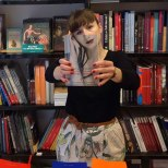 Furor por los empleados de una librería que juegan con las fotos de portada de los libros-9p