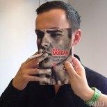 Furor por los empleados de una librería que juegan con las fotos de portada de los libros-9q
