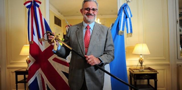 Este Lunes 13 de Mayo en la embajada británica de Buenos Aires se realizó un acto donde se dio la entrega de un sable al ex coronel  Ricardo Martín Jaureguiberry confiscado tras el rendimiento de Malvinas en 1982.