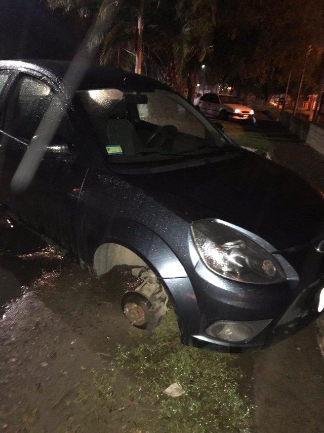 Salió a cenar y al volver a su auto se lo encontró con solo tres ruedas 1