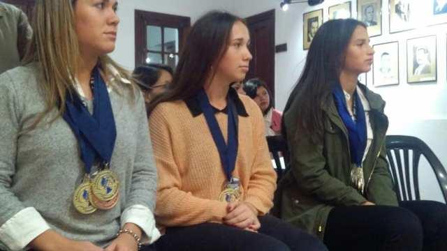 Reconocen al Equipo Femenino de Atletismo de un colegio de Villa Allende 1