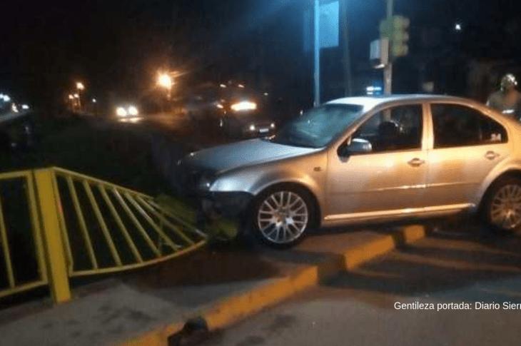 Un automóvil chocó contra las barandas de un puente en Río Ceballos 7