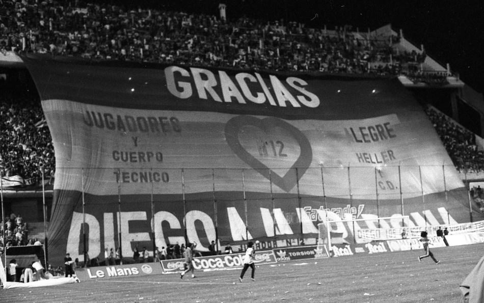 Buenos Aires: Fotografía de archivo del año 1993 donde se desplega una bandera en agradecimiento al ídolo máximo de Boca, Diego Maradona, en La Bombonera, que mañana festeja 80 años de su inauguración. Foto: Archivo/Télam/cf 24052020