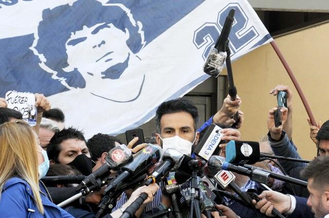 Leopoldo Luque, médico de Maradona da el parte de salud del DT, en la clínica donde permanece internado. Foto: Eva Cabrera