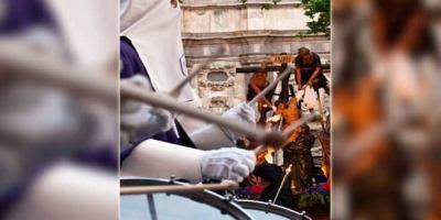 Redoble de tambores en la Plaza Mayor.